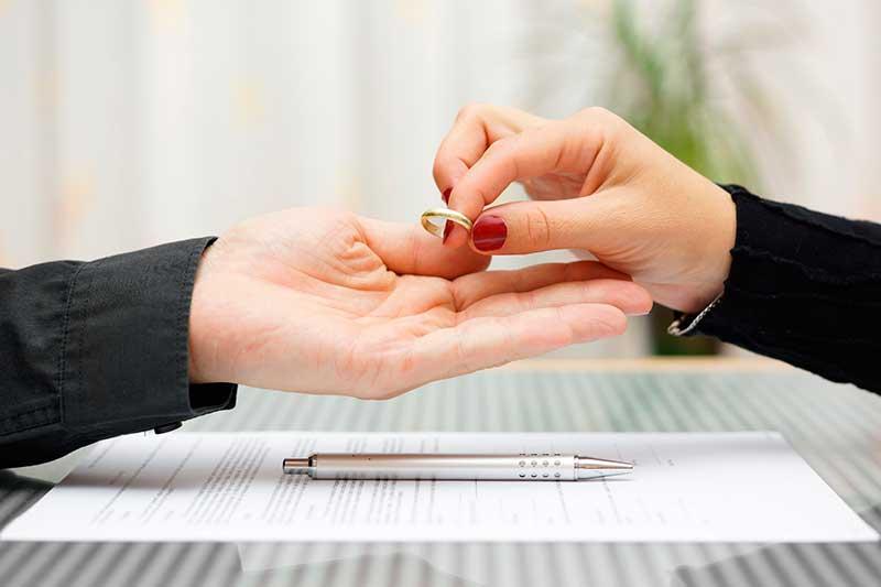 Derecho de la mujer a percibir pensión compensatoria como empleada de la empresa de su ex marido